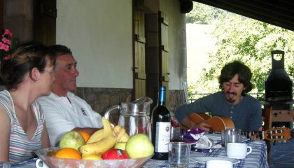 Spanish guitar ballads over dinner with Edorta