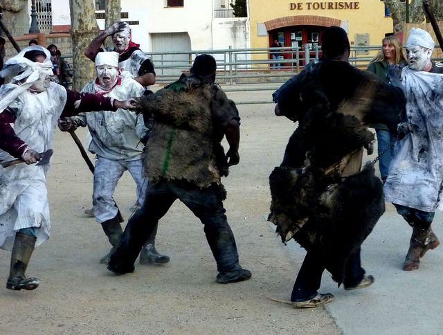 Barbers (in white) trying to capture the Prats-de-Mollo bears so they can be shaved